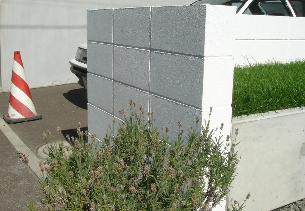 L字ブロック塀と花壇を撮影した写真