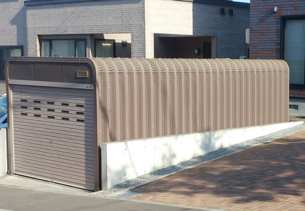ガレージ設置、インターロッキング工事(札幌市手稲区)ガレージとコンクリート塀の写真