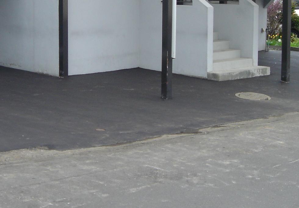 傷んだアスファルトの補修工事(札幌市西区)古い舗装と新しい舗装の境目