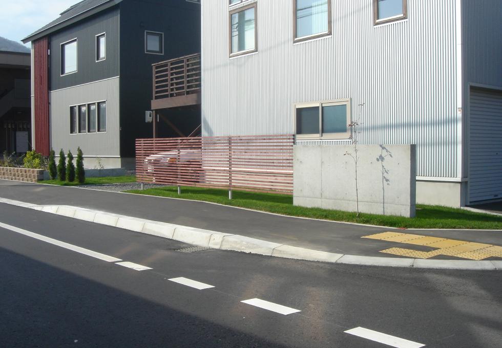 枕木と天然芝のエクステリアガーデン工事(札幌市手稲区)