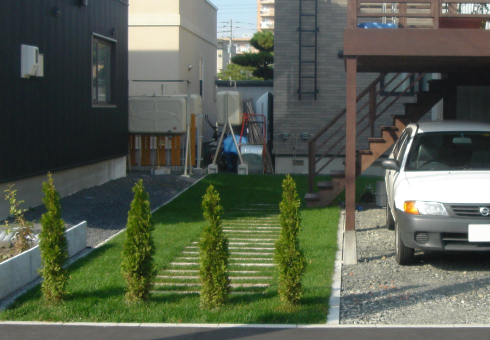 枕木と天然芝のエクステリアガーデン工事(札幌市手稲区)天然芝と枕木部分の写真