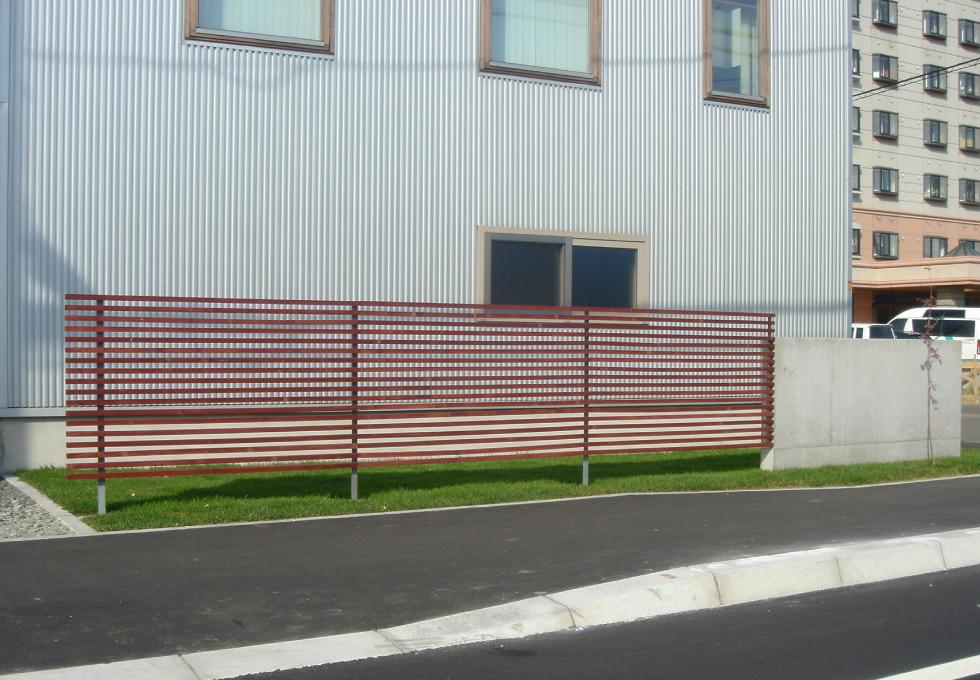 枕木と天然芝のエクステリアガーデン工事(札幌市手稲区)コンクリート塀と木格子