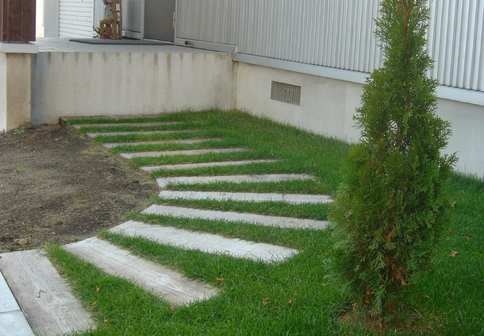 枕木と天然芝のエクステリアガーデン工事(札幌市手稲区)枕木部分その2