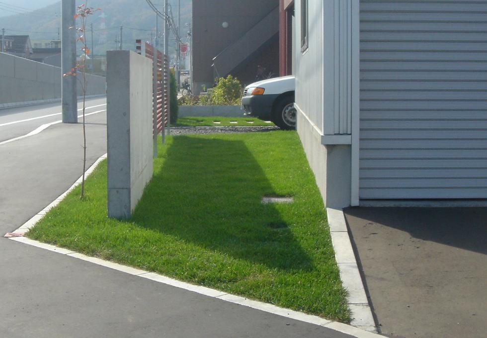枕木と天然芝のエクステリアガーデン工事(札幌市手稲区)コンクリート塀と木格子その2