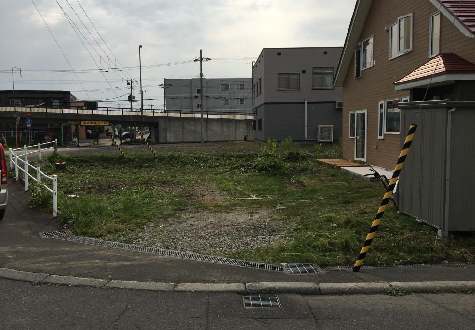 札幌市厚別区の舗装・畑・雑草対策工事、施工前の写真(正面)