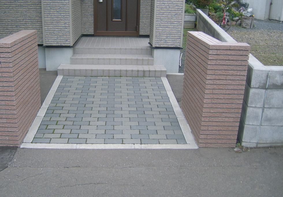 玄関アプローチのインターロッキング、リフォーム工事施工前の写真