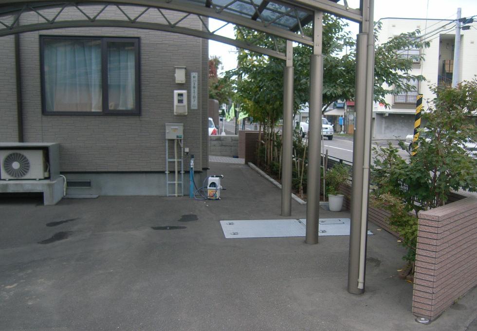 歩行スペースの施工前写真(アスファルト)