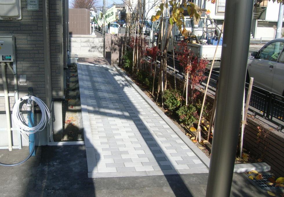 歩行スペースの完成写真(タイル仕上げ)