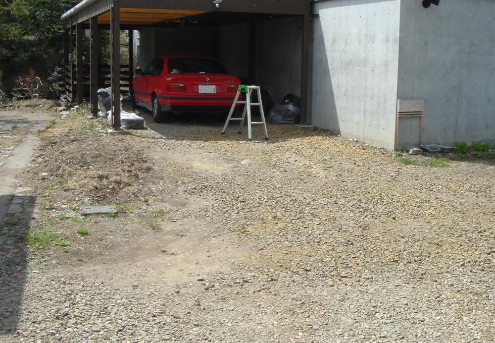 札幌市中央区アスファルト工事、通路奥の車庫施工前写真