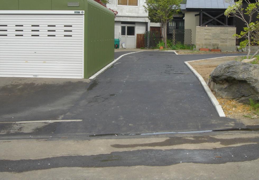 お庭の駐車スペース・通路の全面アスファルト舗装工事(札幌市中央区)