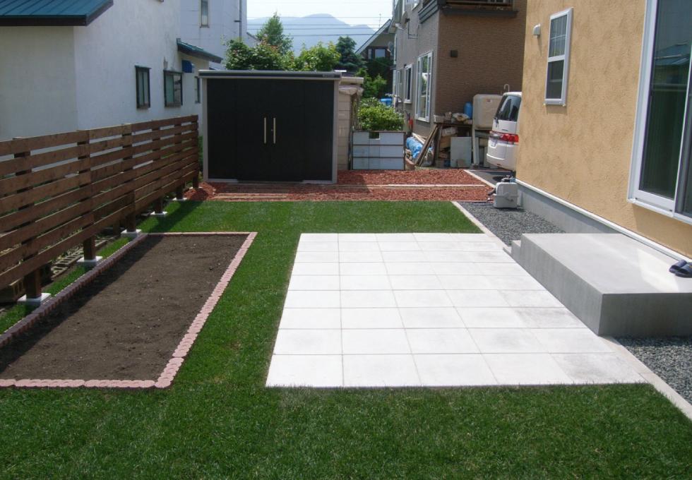 裏庭を芝生とコンクリート平板で仕上げた完成写真(札幌市西区)
