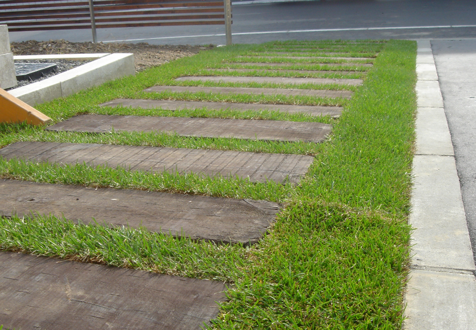 アスファルト舗装と芝生・枕木敷設工事(札幌市西区)、芝生と枕木の写真