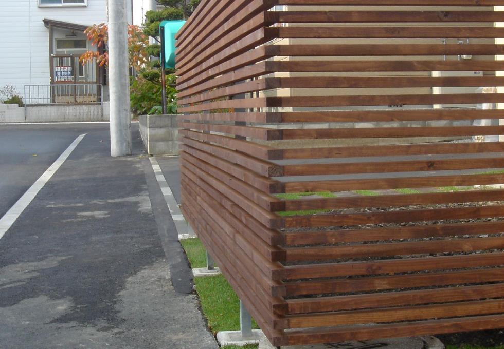 アスファルト舗装と芝生・枕木敷設工事(札幌市西区)、木格子の写真