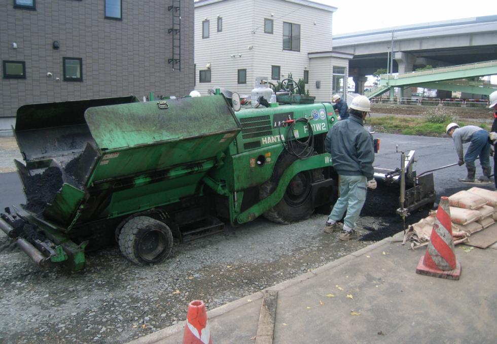 14台分の駐車場アスファルト舗装工事(札幌市東区) 機械舗装の様子