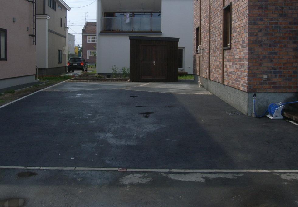 土間コンクリートとアスファルト舗装を天然石でデザインしました(札幌市北区)