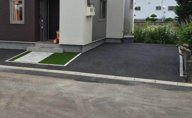 住宅横の駐車スペースを撮影した写真