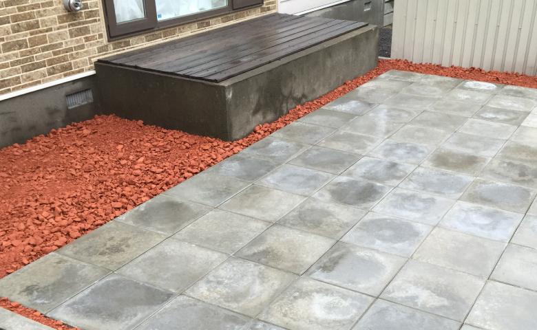 裏庭のコンクリート平板とクラッシュレンガを撮影した写真