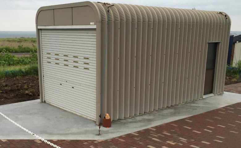 コンクリート舗装の上に建てたガレージ