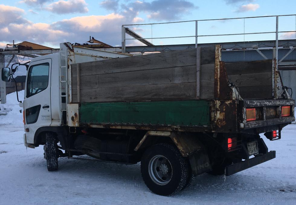 排雪ように板をつけた4tダンプ