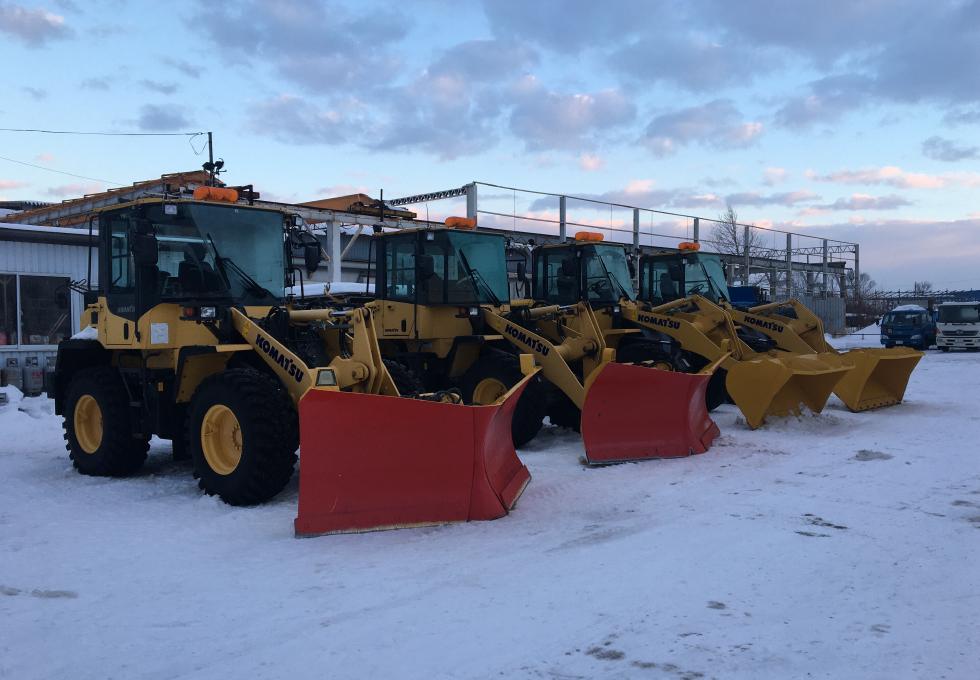 エクセルが所有する排雪用ショベルローダー4台並べて撮影した写真