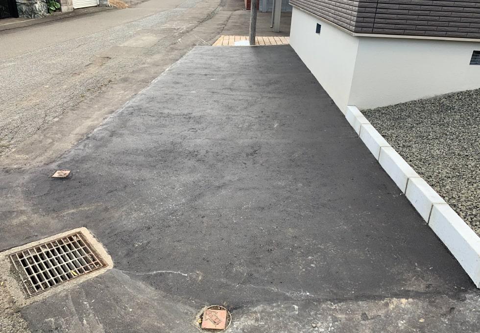 札幌市西区の住宅側面のアスファルト舗装完成写真その2(横)