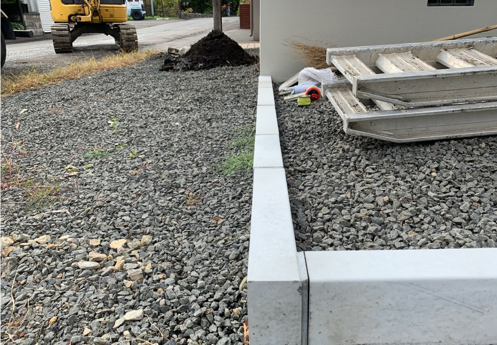 ユンボで掘削を始める準備(札幌市西区の住宅側面アスファルト舗装工事)