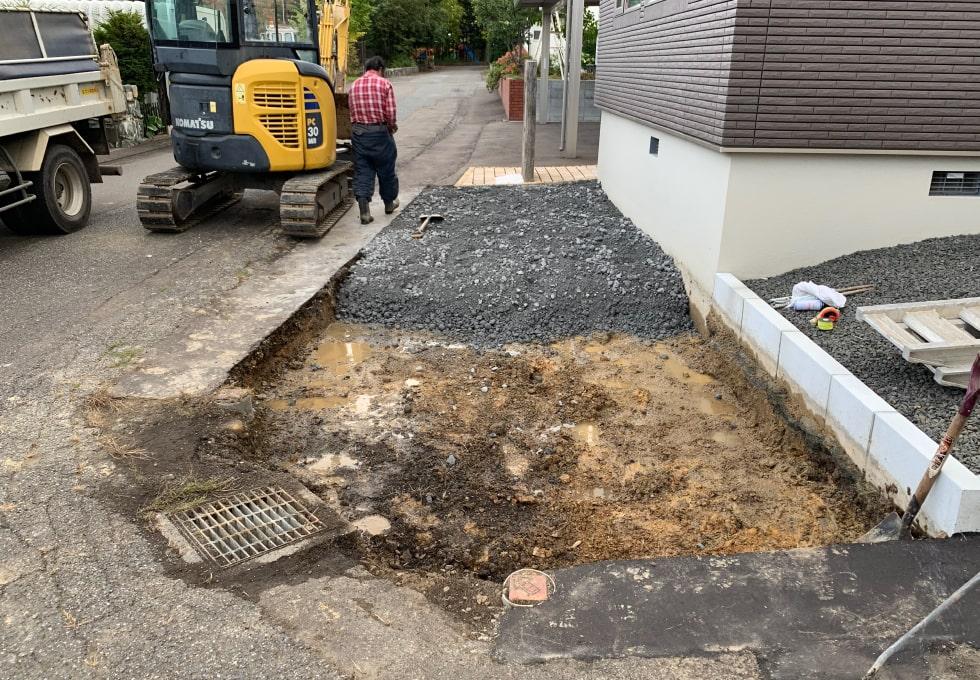 砕石を入れている様子(札幌市西区の住宅側面アスファルト舗装工事)