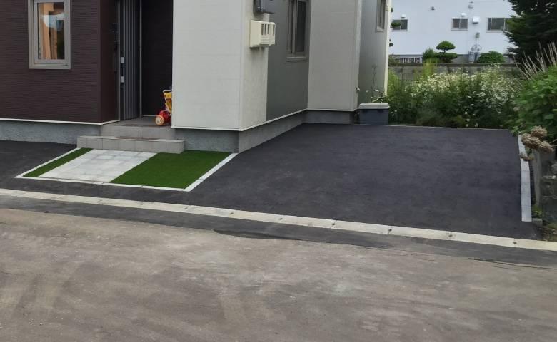 住宅駐車場のアスファルト舗装完成写真