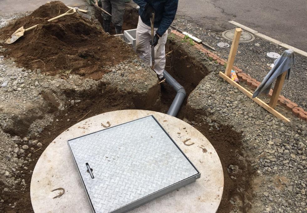 石狩市花川のお宅にて融雪漕の埋設、および配管工事の様子
