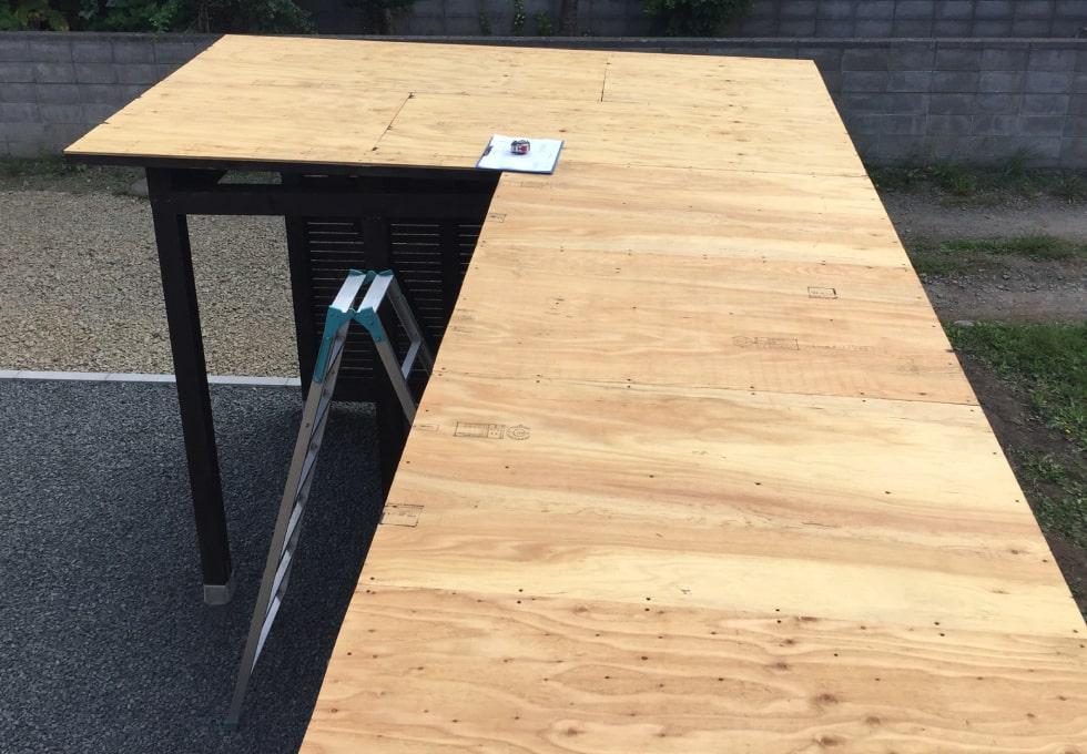薪小屋の屋根の上から撮影した写真(薪小屋の制作工程)